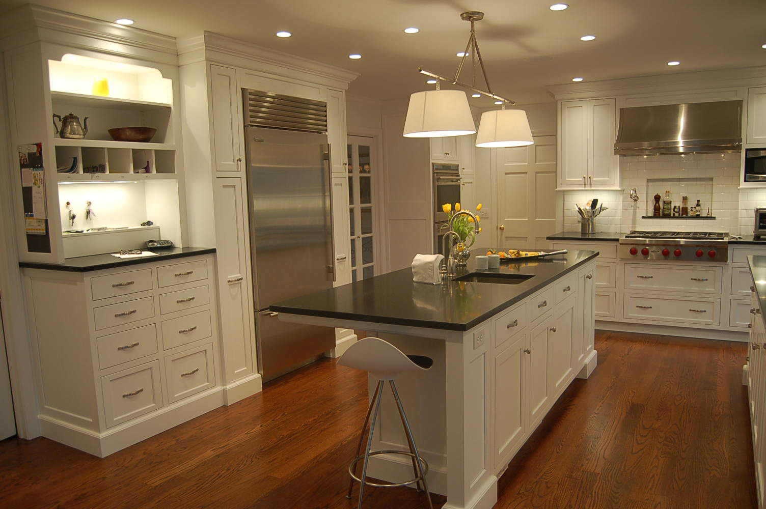 Classic Style Kitchen Island in Narrow Design with Single Seating Unit and Some Storages