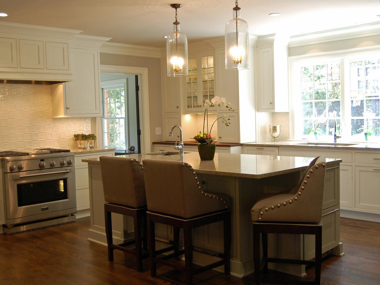 Make yourself a legendary host by having your kitchen for Island with seating