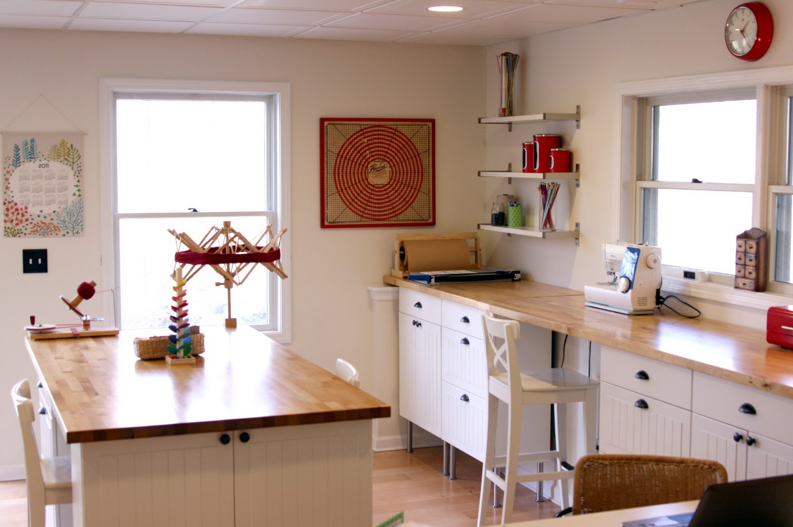 Charmant Cozy White Craft Room With Some Light Wood Touches For Flooring And  Countertop