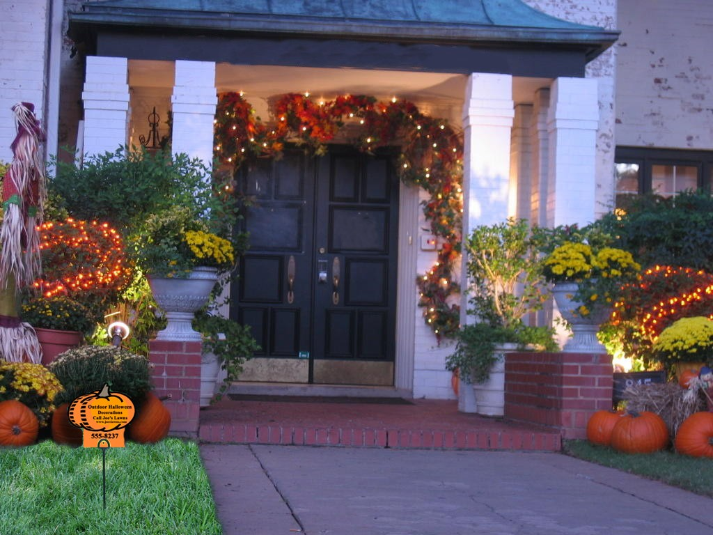 Decorate the House Facade using Fall Decorating Ideas with Small Lamps and Natural Vines