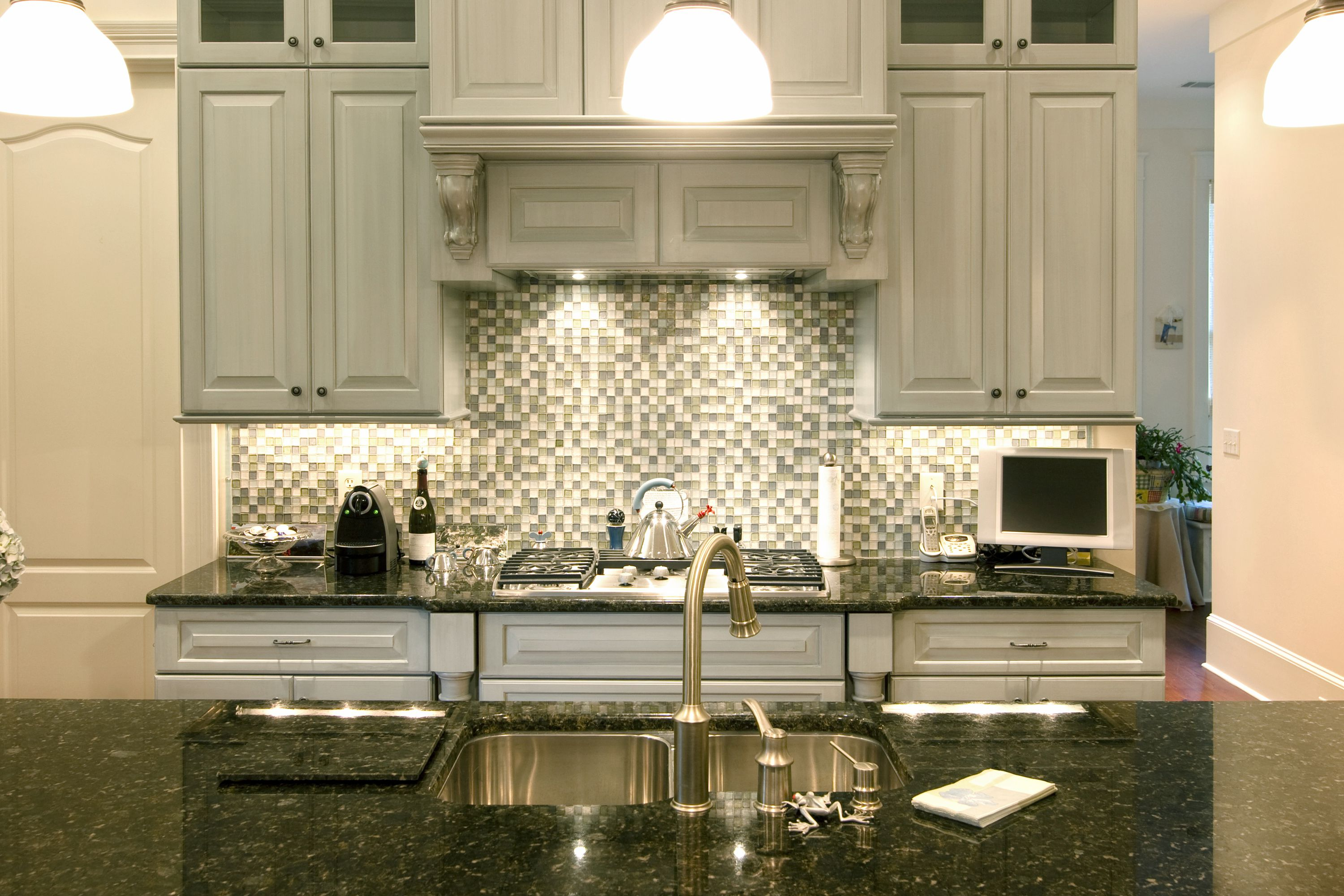 Exceptionnel Great Backsplash In White And Grey Tones To Meet Grey Kitchen Cabinet With  Black Top