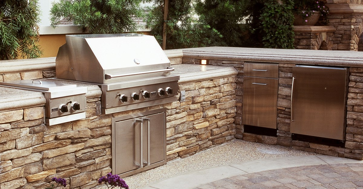 L Shaped Outdoor Kitchen with Stone Brick and Marble Countertop for Luxury Look