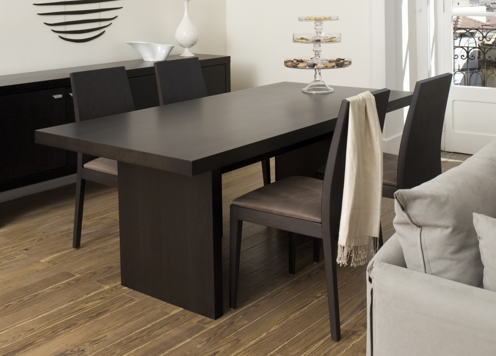 Delicieux Laminate Oak Flooring For Minimalist Dining Area With Dark Chairs And  Modern Dining Table