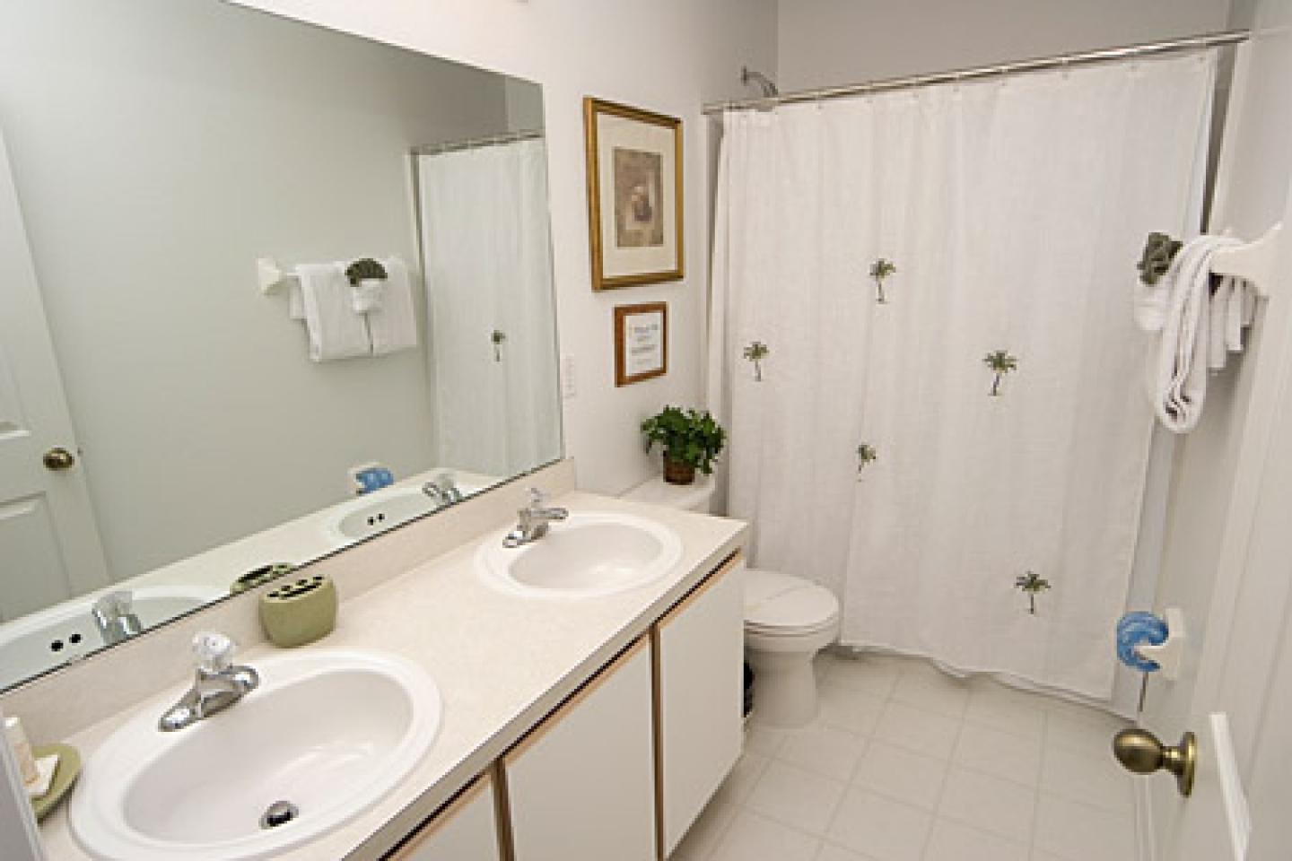 nice white interior for small bathroom design to give more spacious