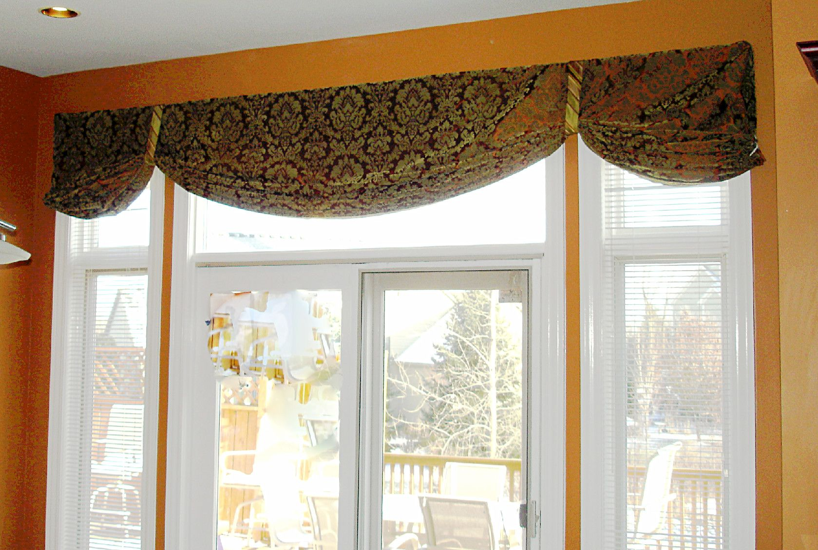 Simple Window Treatment for Kitchen with Retractable Blind with Elegant Pattern