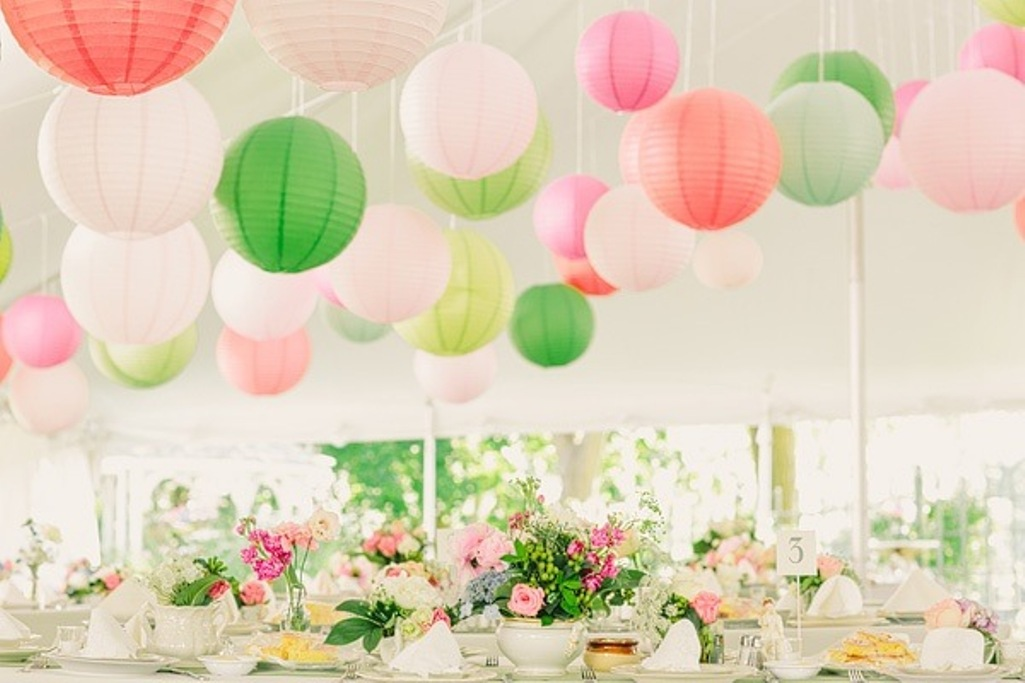 Surprising Lanterns in Some Bold Colors Combined with Colorful Flwoers Decoration