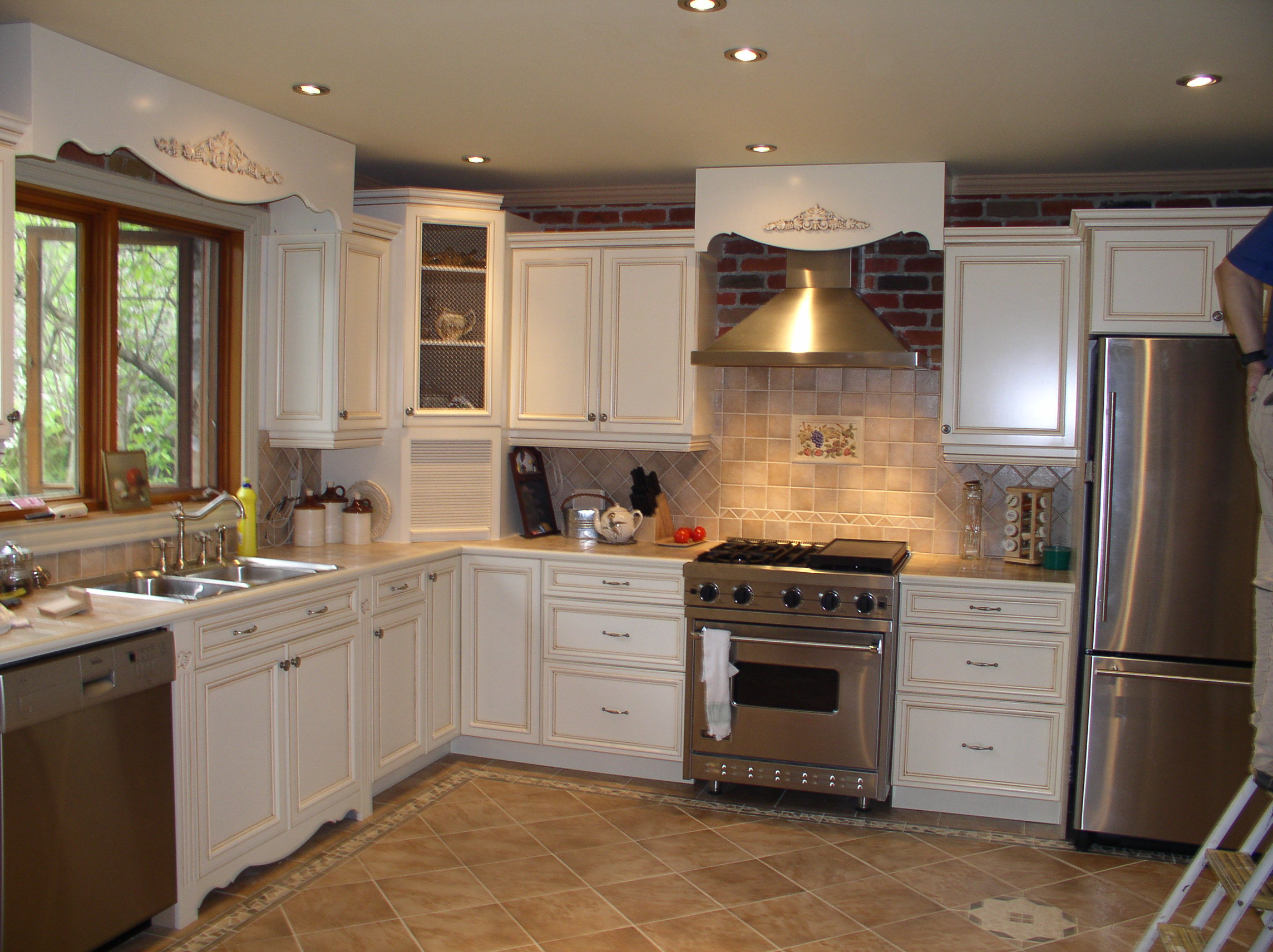 Traditional Kitchen with Artistic Kitchen Cabinet Ideas and Glossy Range Hood near Tile Backsplash