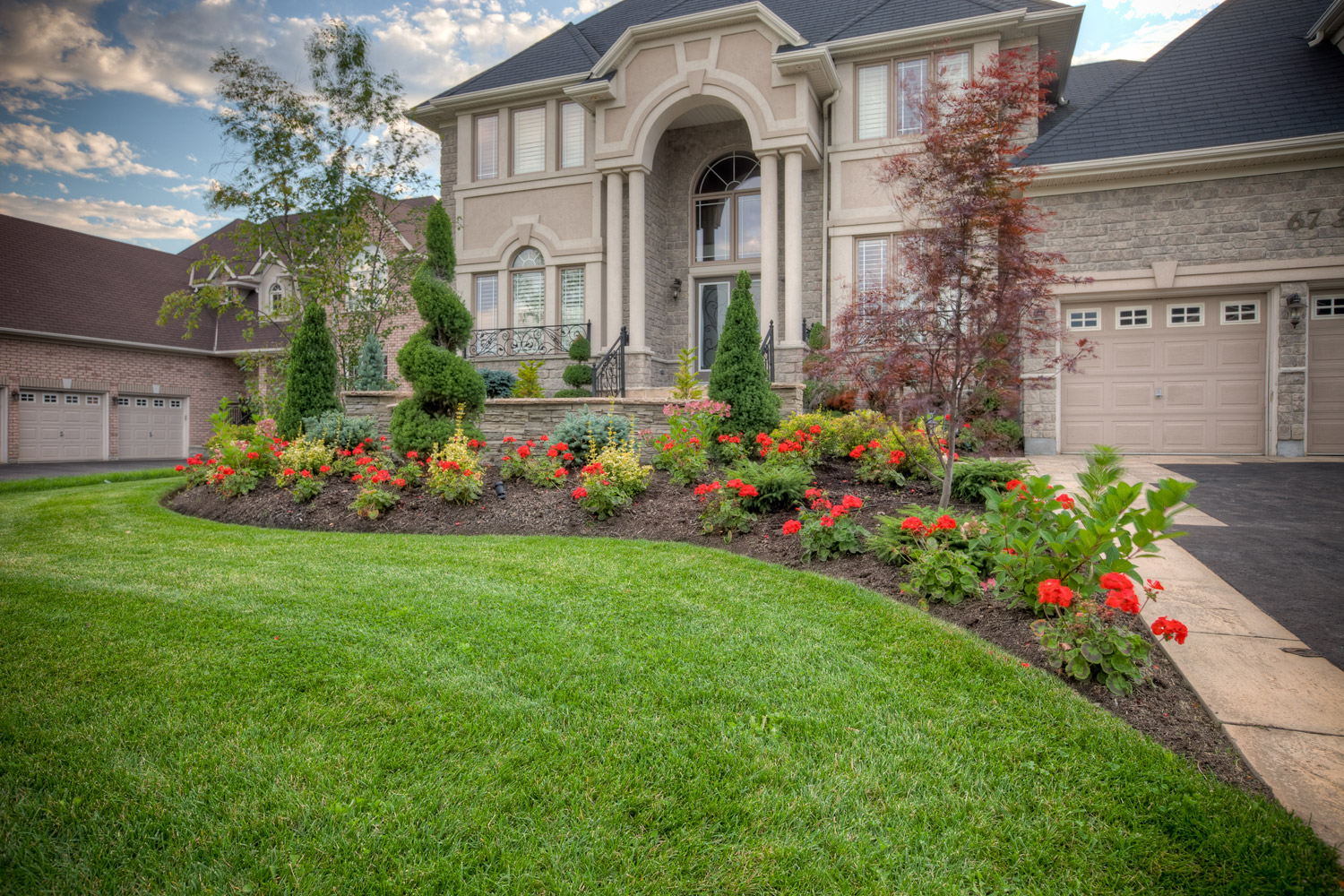 Some ideas of front yard landscaping for a small front for Large front garden ideas