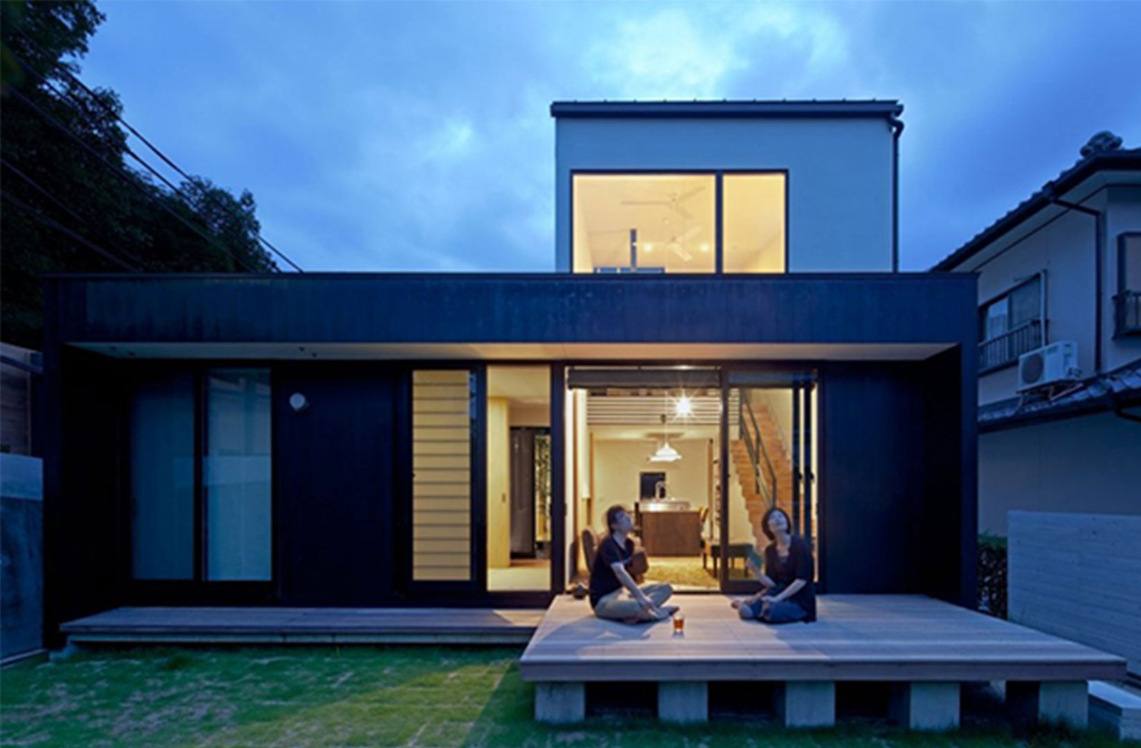 Choose Minimalist Home Design Ideas with Simple Wooden Deck and Flat Roof near Green Grass Yard