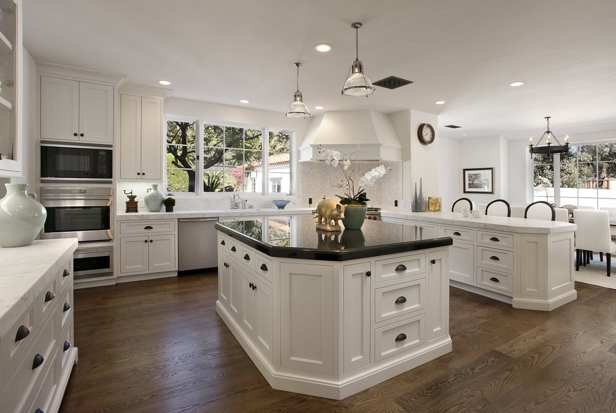 Cute Interior Kitchen Decor Ideas Using Black and White Furniture