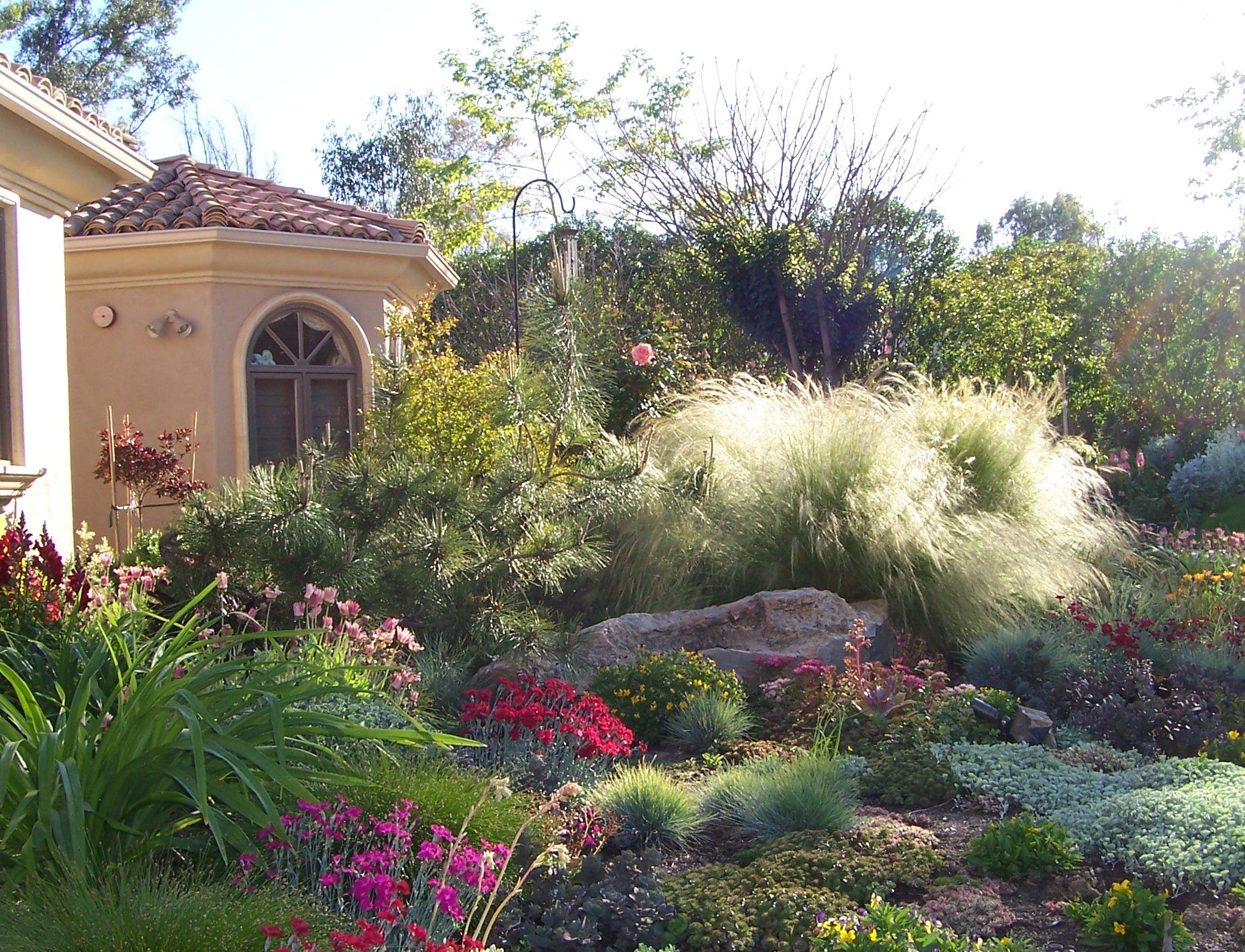 Merveilleux Fascinating Drought Tolerant Landscaping With Colorful Flowerss And Stones  Near Classic Garden Lamp