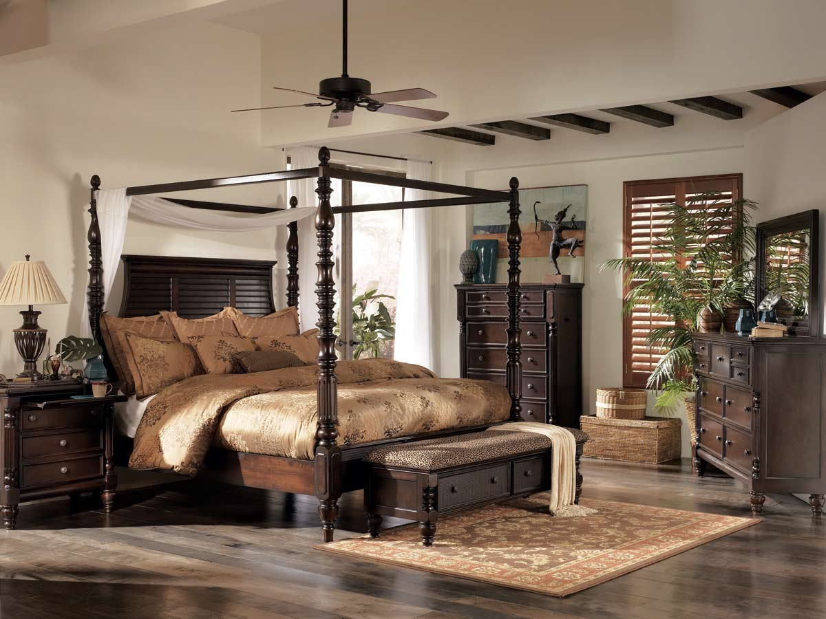 Install Wide Ceiling Fan above Classic Canopy Bedroom Sets in Wonderful Bedroom with Traditional Dressers & Choose the Right Canopy Bedroom Sets That Will Make Your Bedroom ...
