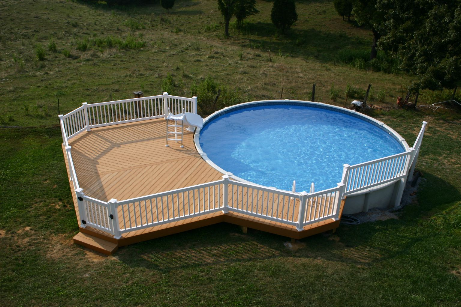 Marveolus Circle Design with Blue Water plus Pure White Fence
