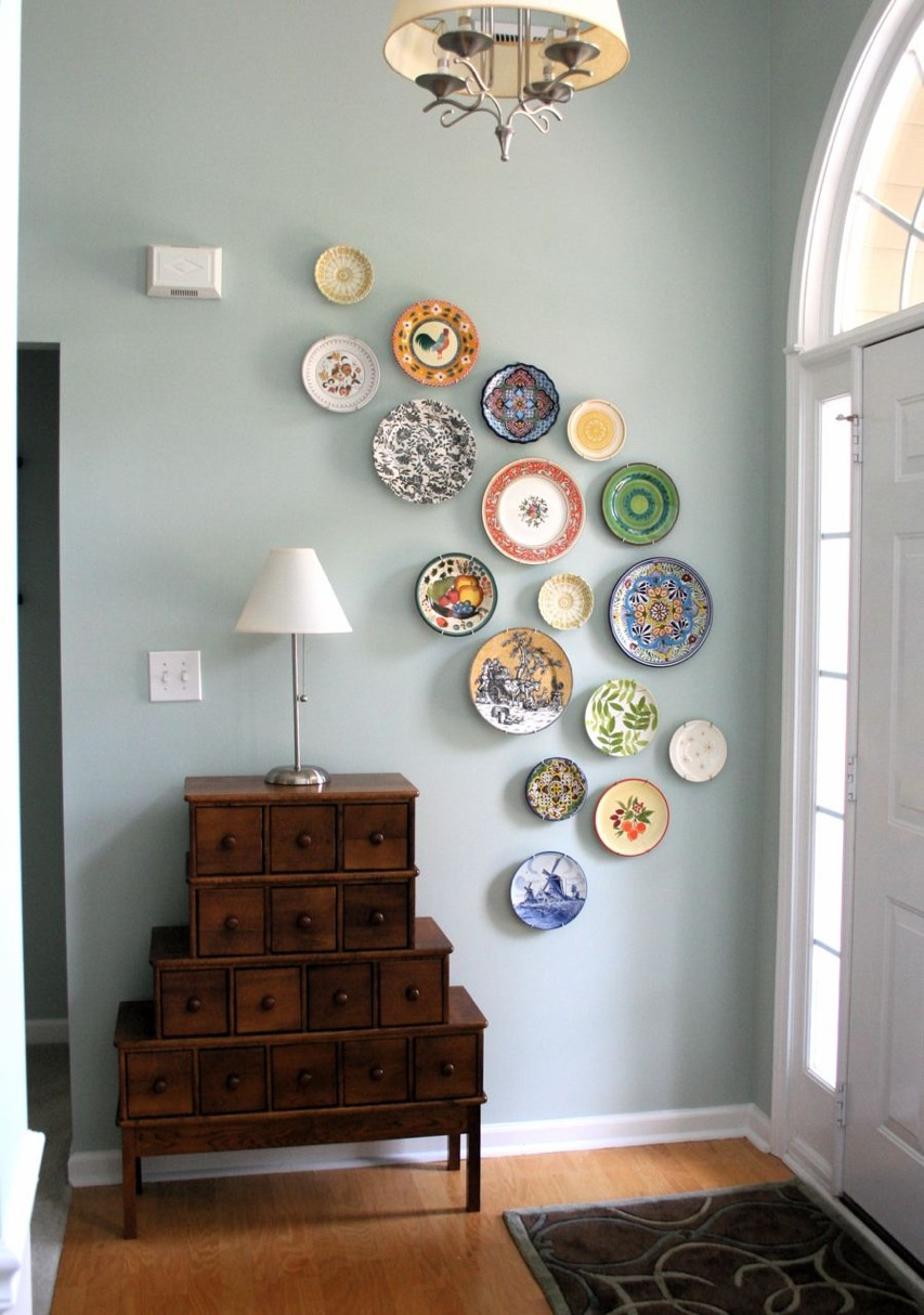 Old Fashioned Wall Decorating Ideas in Traditional Entry Way with Wooden Drawers and Classic Lamps