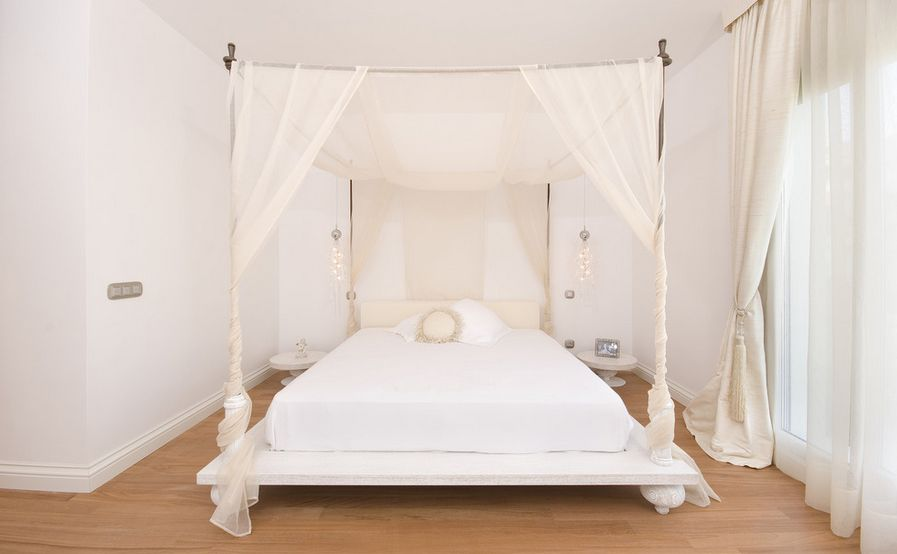 Pleasing Interior Bedroom Using Lavish  Bed With White Canopy Decor