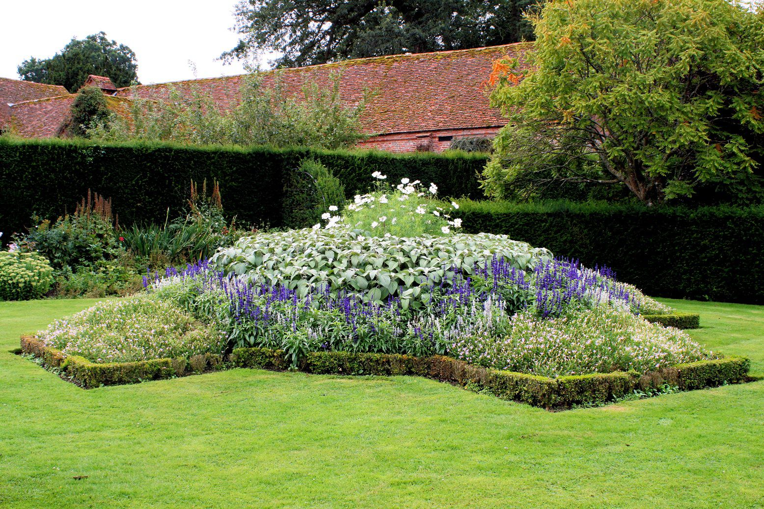 Simple Flower Bed Ideas with Purple Flower Design