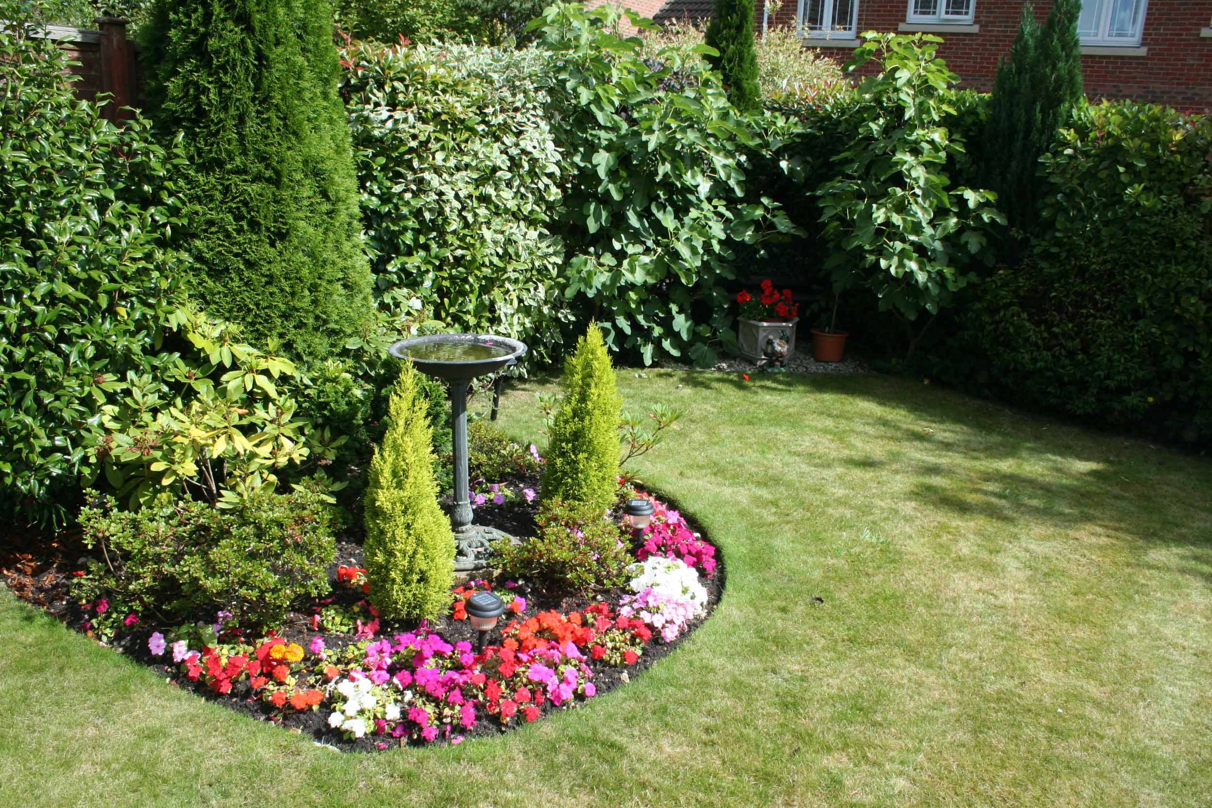 Flower bed ideas the ultimate touch of the nature in your for Small flower garden designs