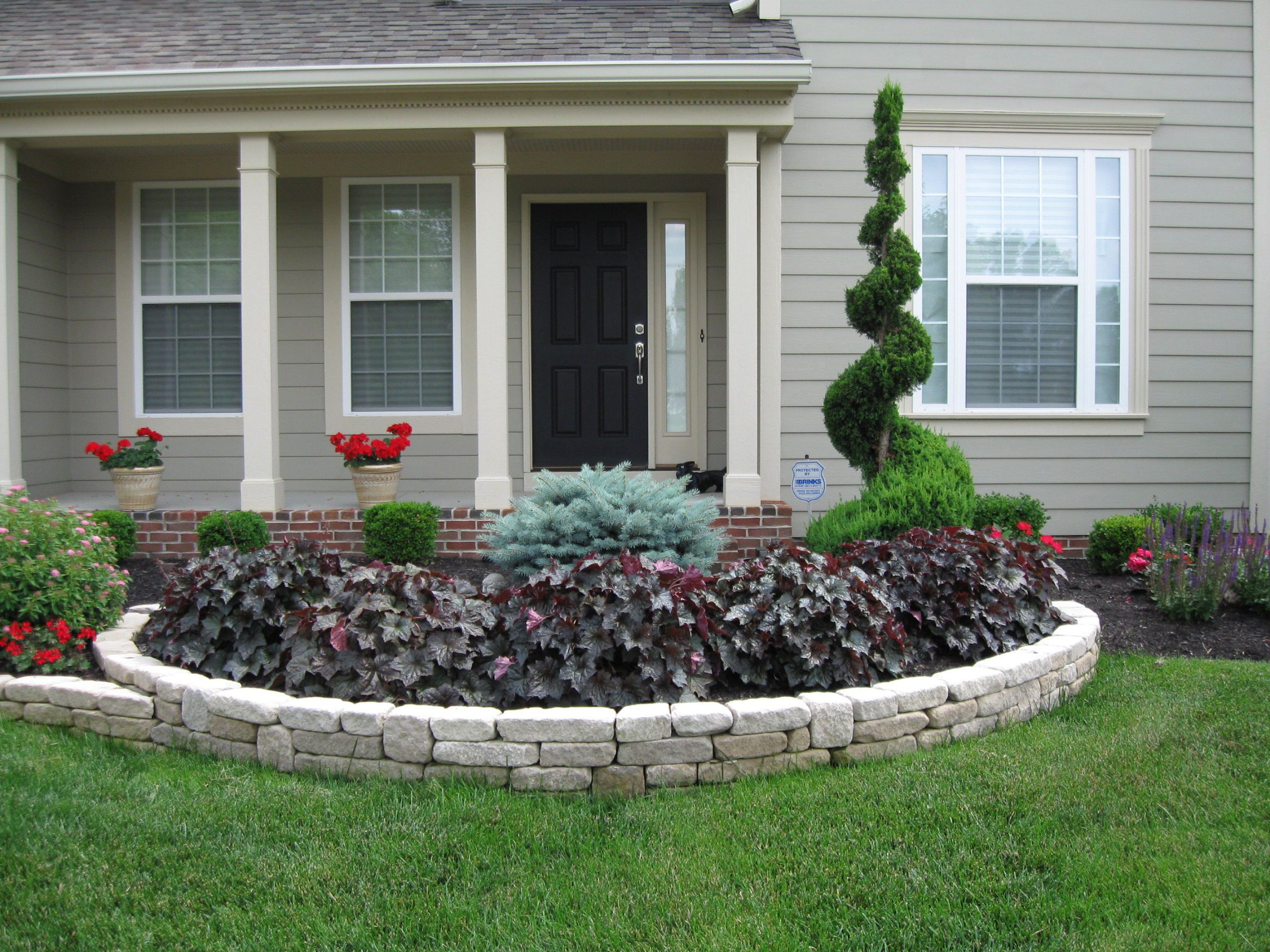 Various front yard ideas for beginners who want to for Flower designs for yards