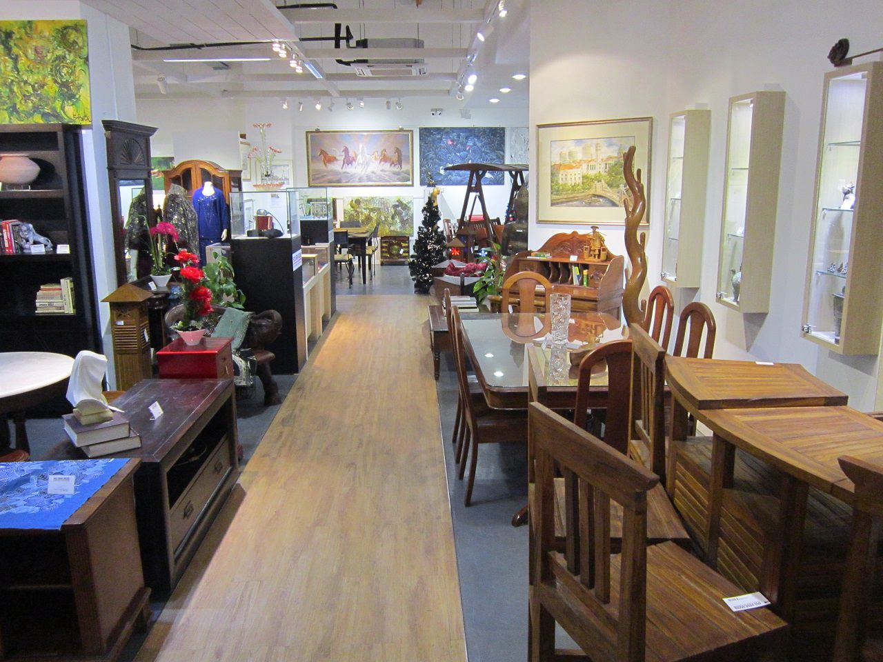 Use Second Hand Furniture for Old Fashioned Dining Room with Glass Top Dining Table and Cozy Chairs