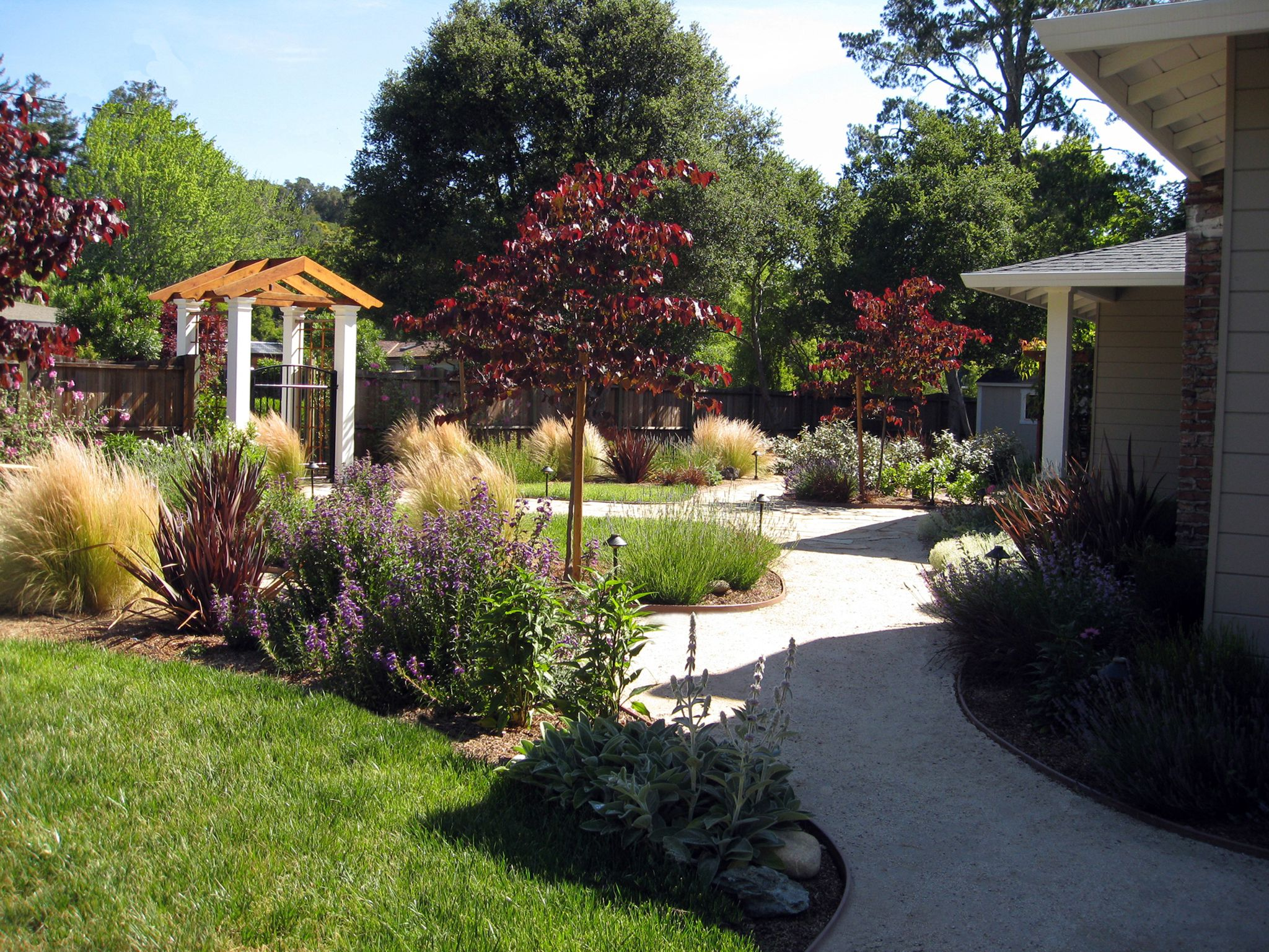 Various front yard ideas for beginners who want to for Front yard landscape design photos