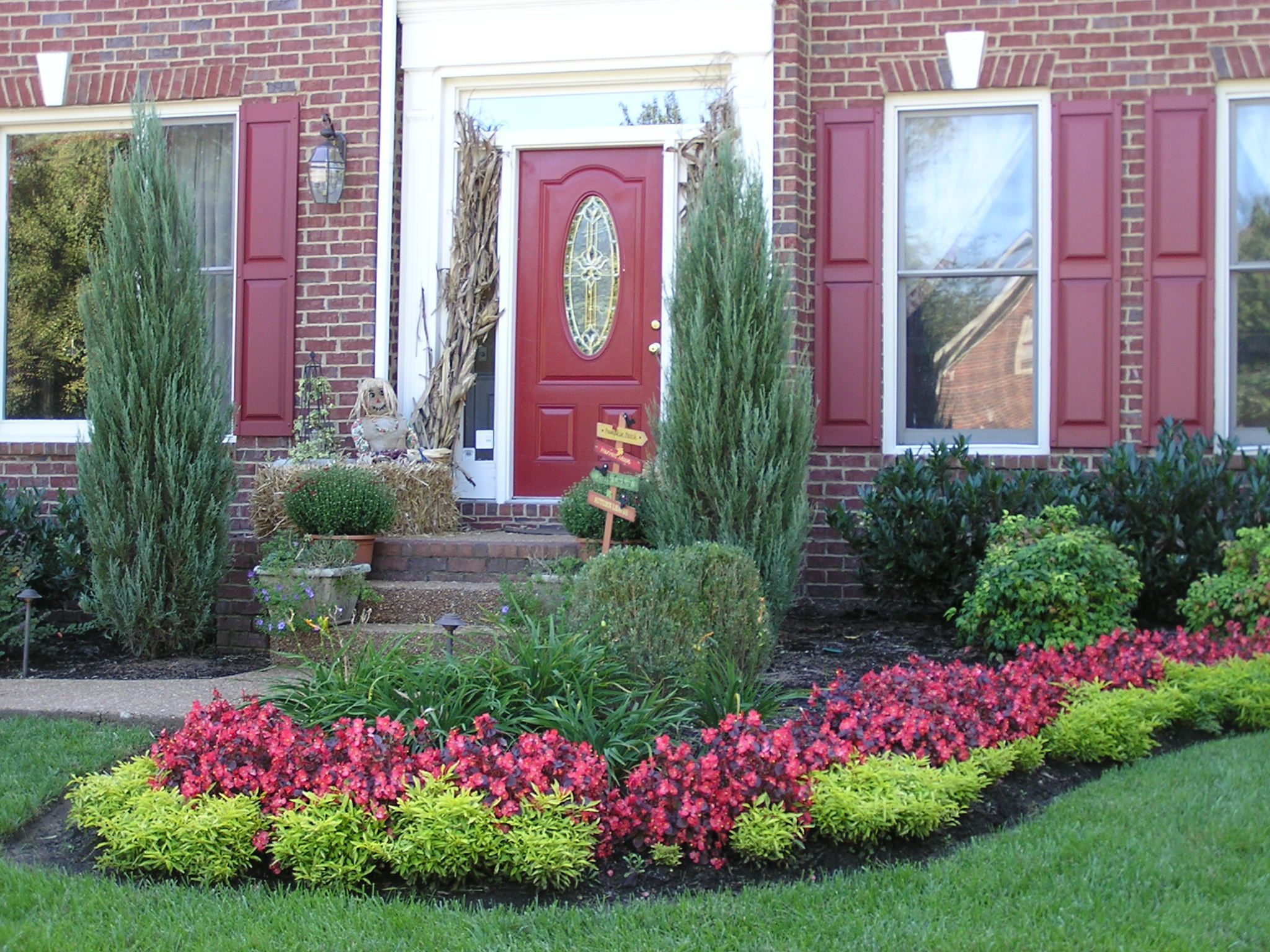 Stunning Design Of The Green Grass Ideas With Flower Bed And Red Brown Wall As The Curb Appeal Ideas