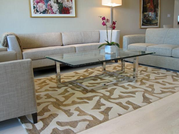 Stylish Living Room Decor Using Chic Rug als Glass Coffee Table and Sofa