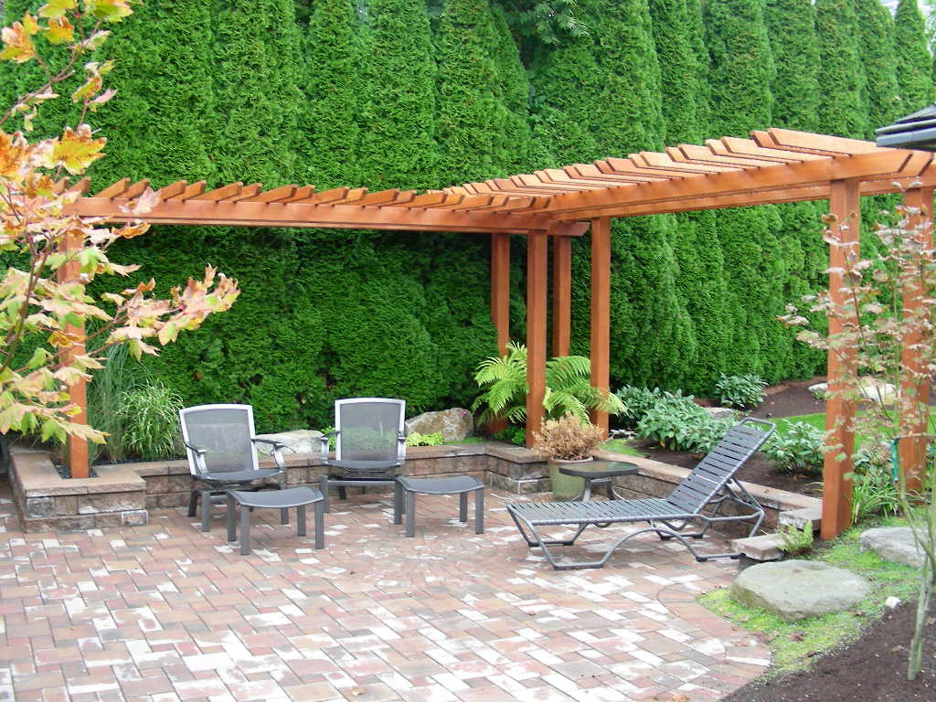 Wonderful Lazy Chair near Round Table plus Hedge Garden for Backyard Garden Design Ideas