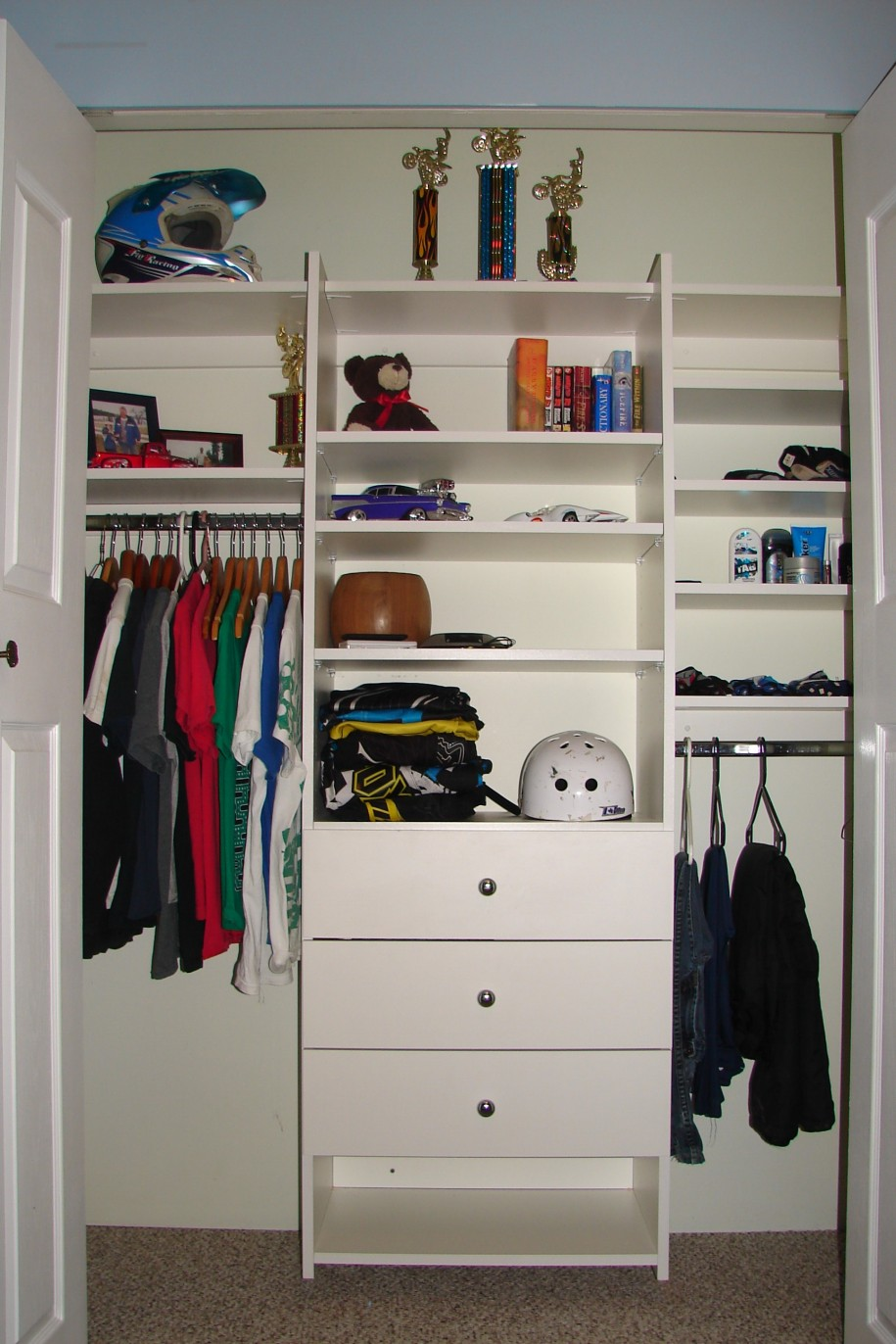 Excellent small closet interior design roselawnlutheran for Studio closet design
