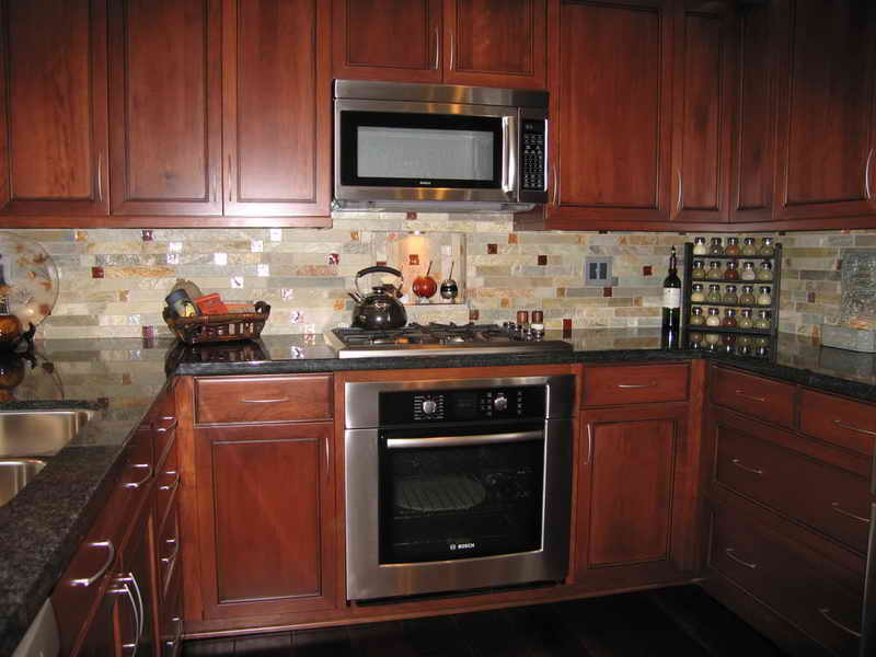 Charmant Awful Kitchen Decor With White Tile Backsplash Also Natural Wooden Cabinet