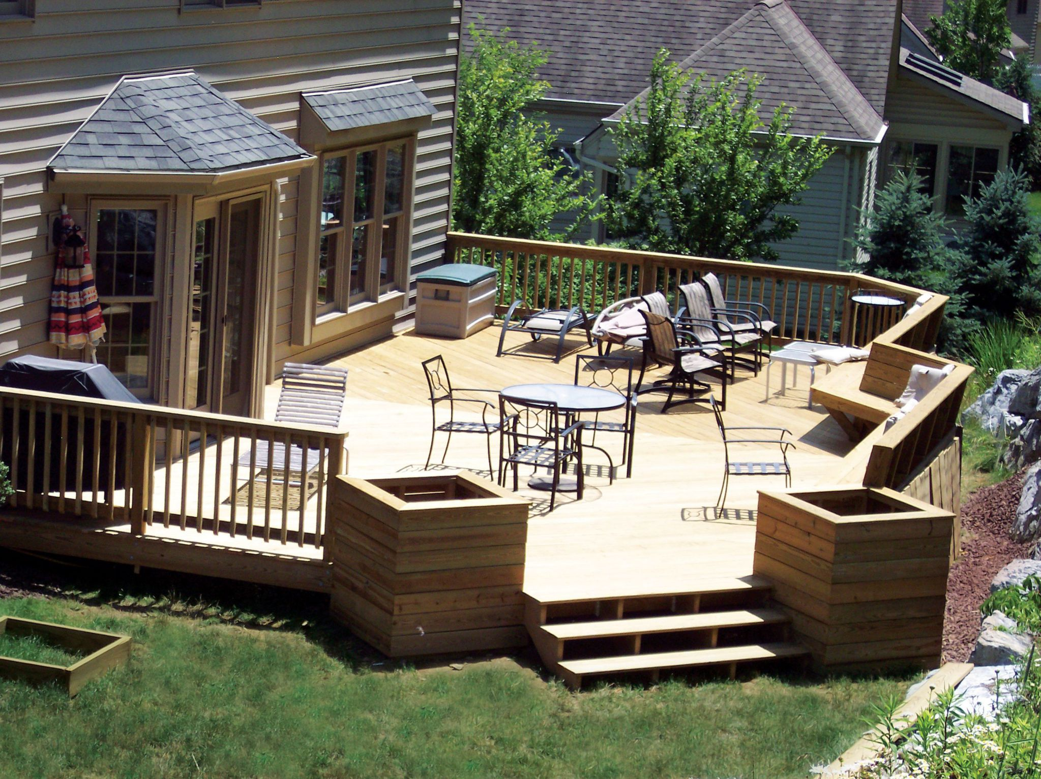 Large Backyard Deck Ideas With Set Of Tables and Chairs