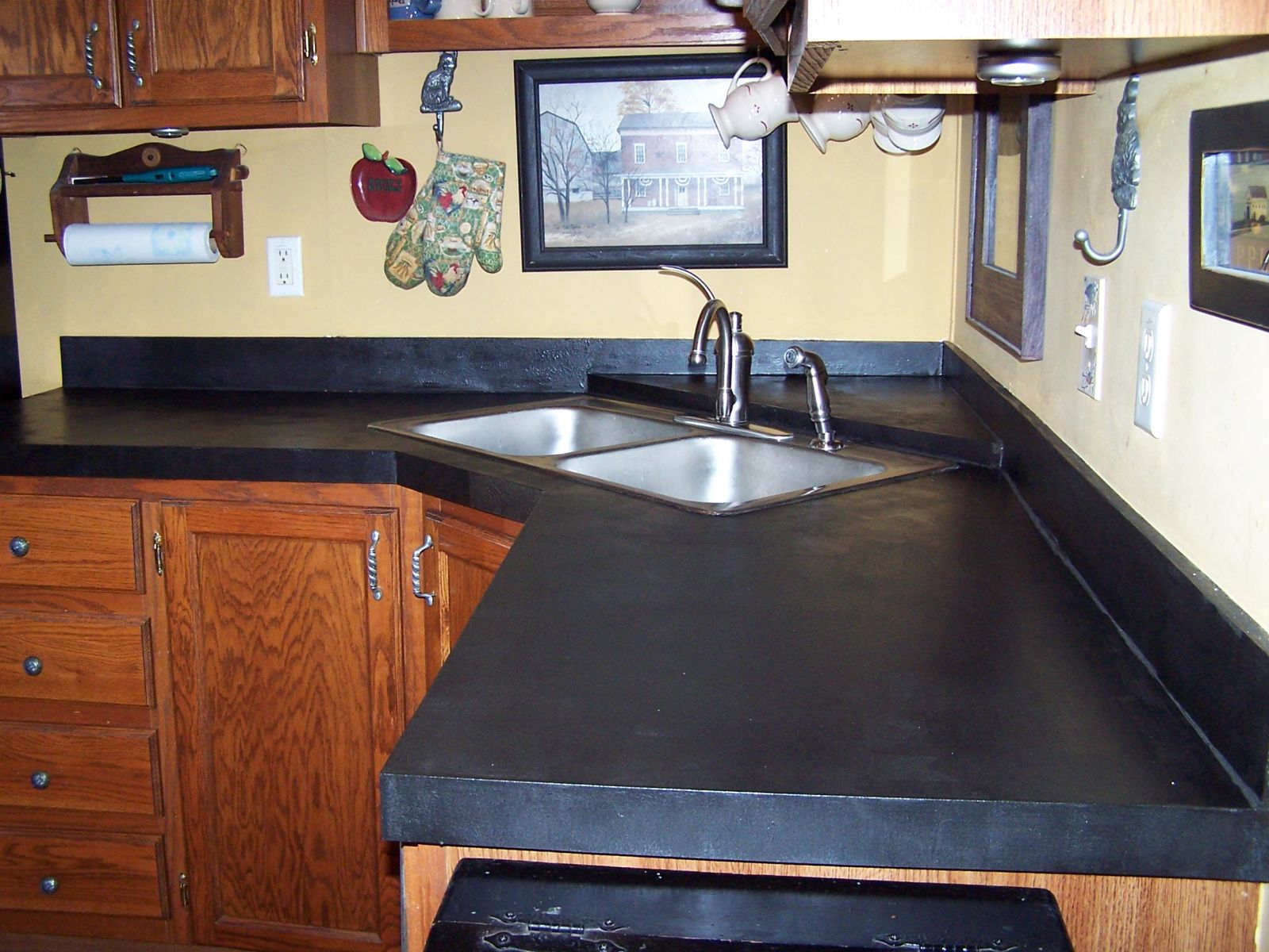 7 popular kitchen countertop materials midcityeast for Kitchen counter cabinet