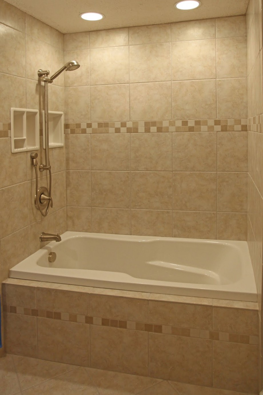 Beau Small Bathroom With Bathtub Also Nice Brown Travetine Tile Flooring