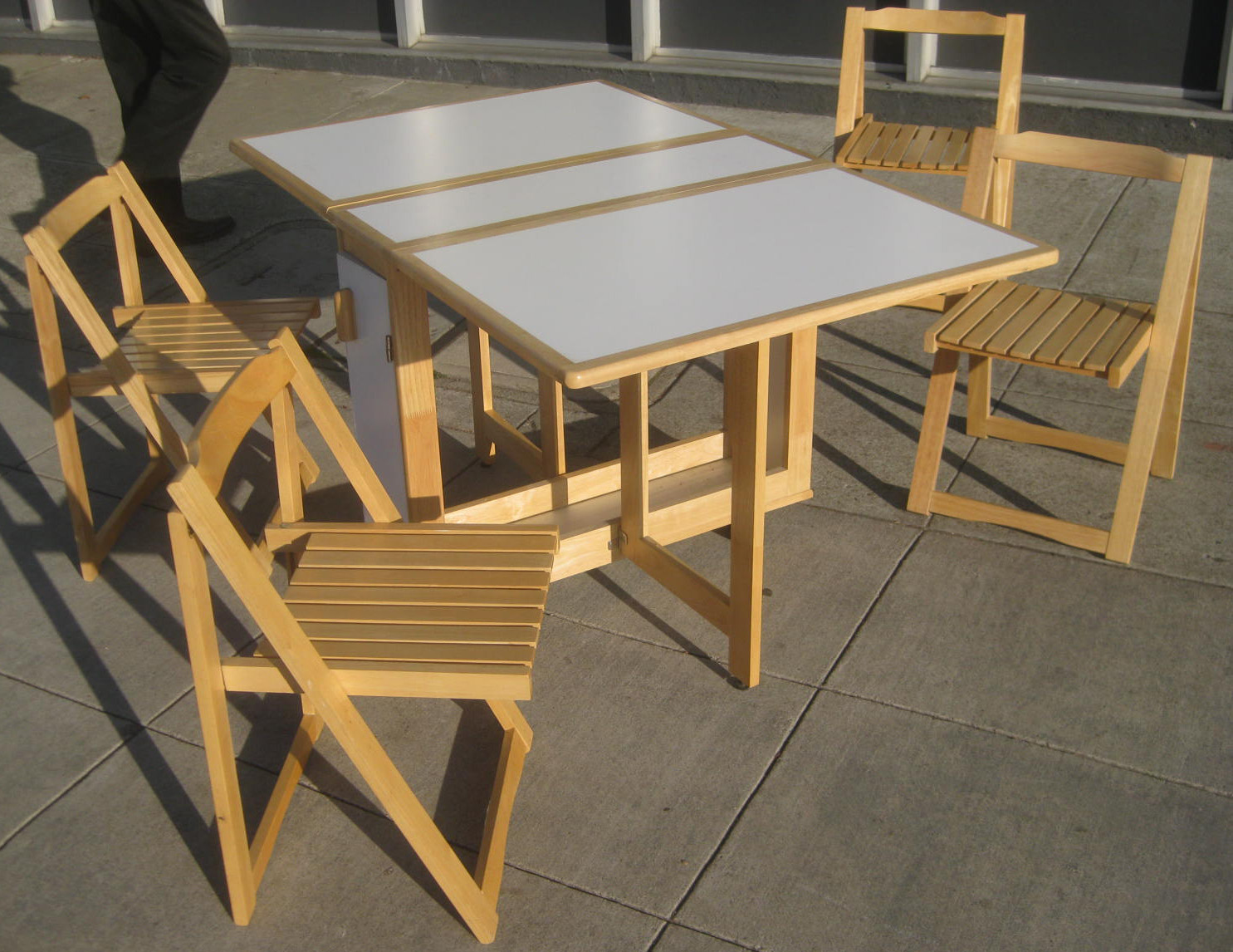 Ideal Outdoor Decor Ideas Using Foldable Dining Table and Chair