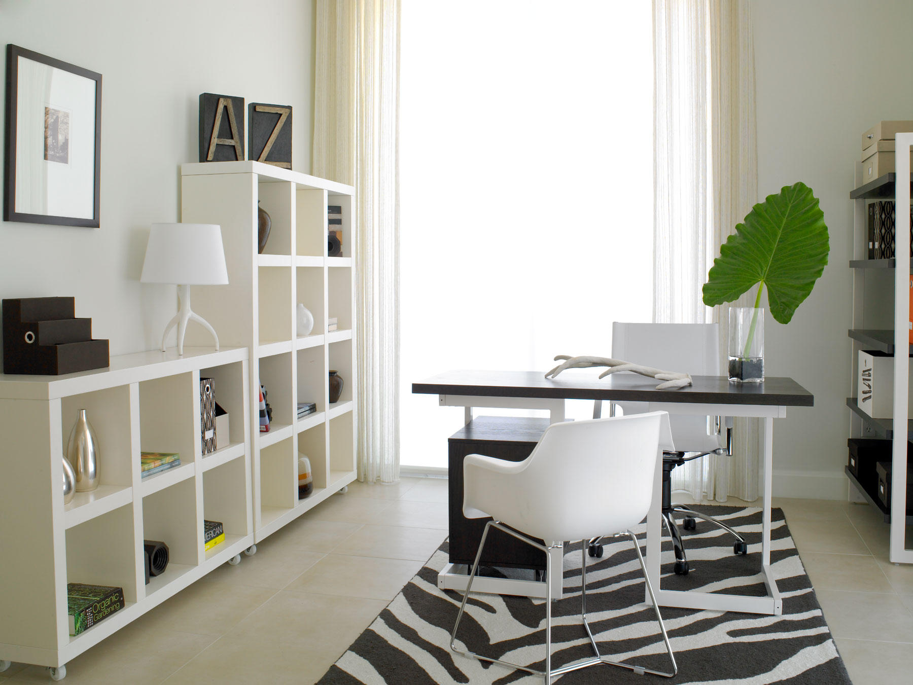 Beckoning Interior Modern Home Office Using Lush Desk and Chairs