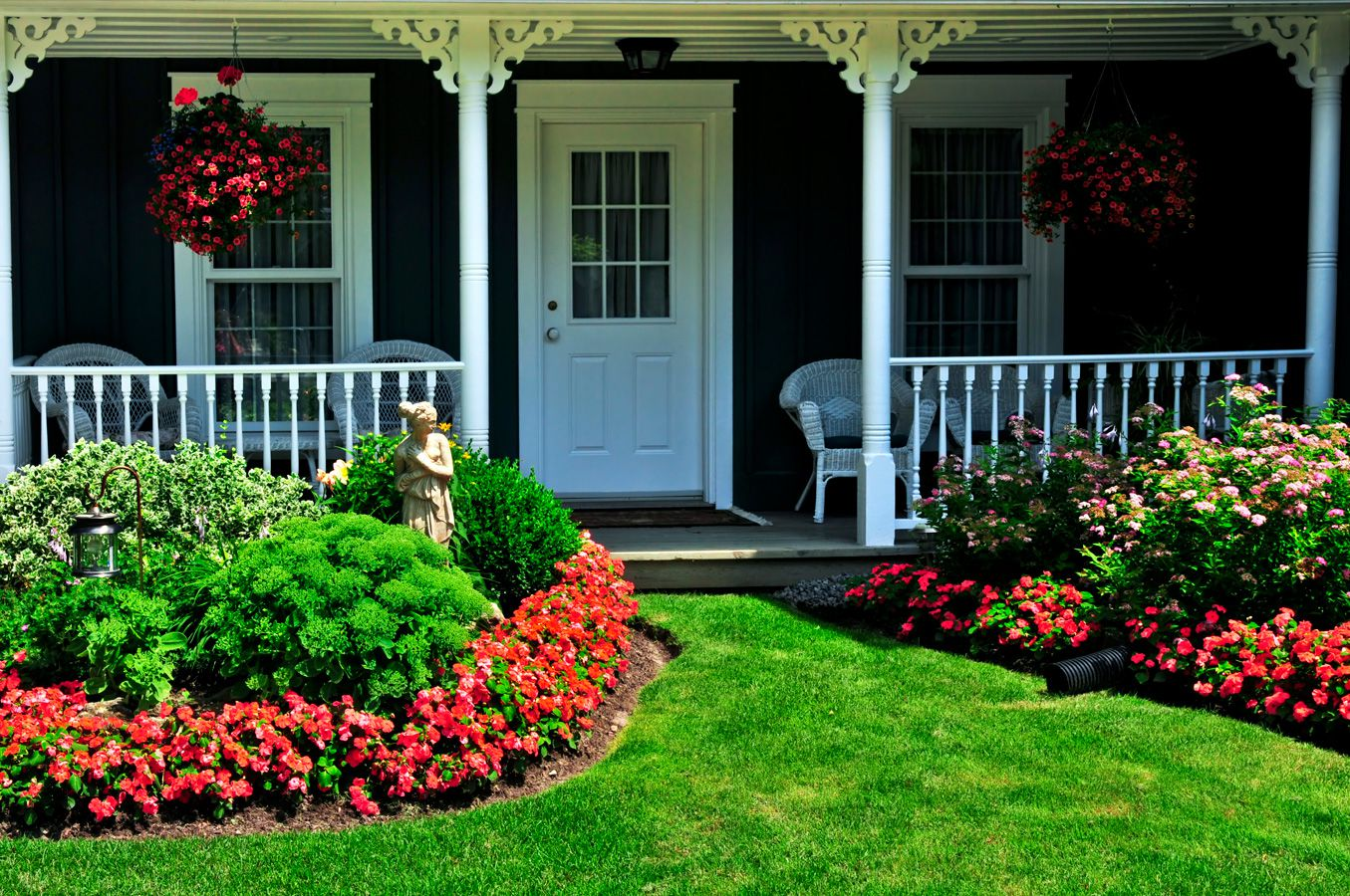 Curb appeal landscaping ideas for a house with flat roof for Front lawn landscaping plants