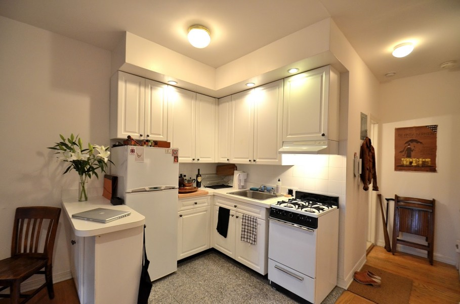 Pretty Kitchen Apartmet With Small L Shape Cabinet and Ceiling Lamp